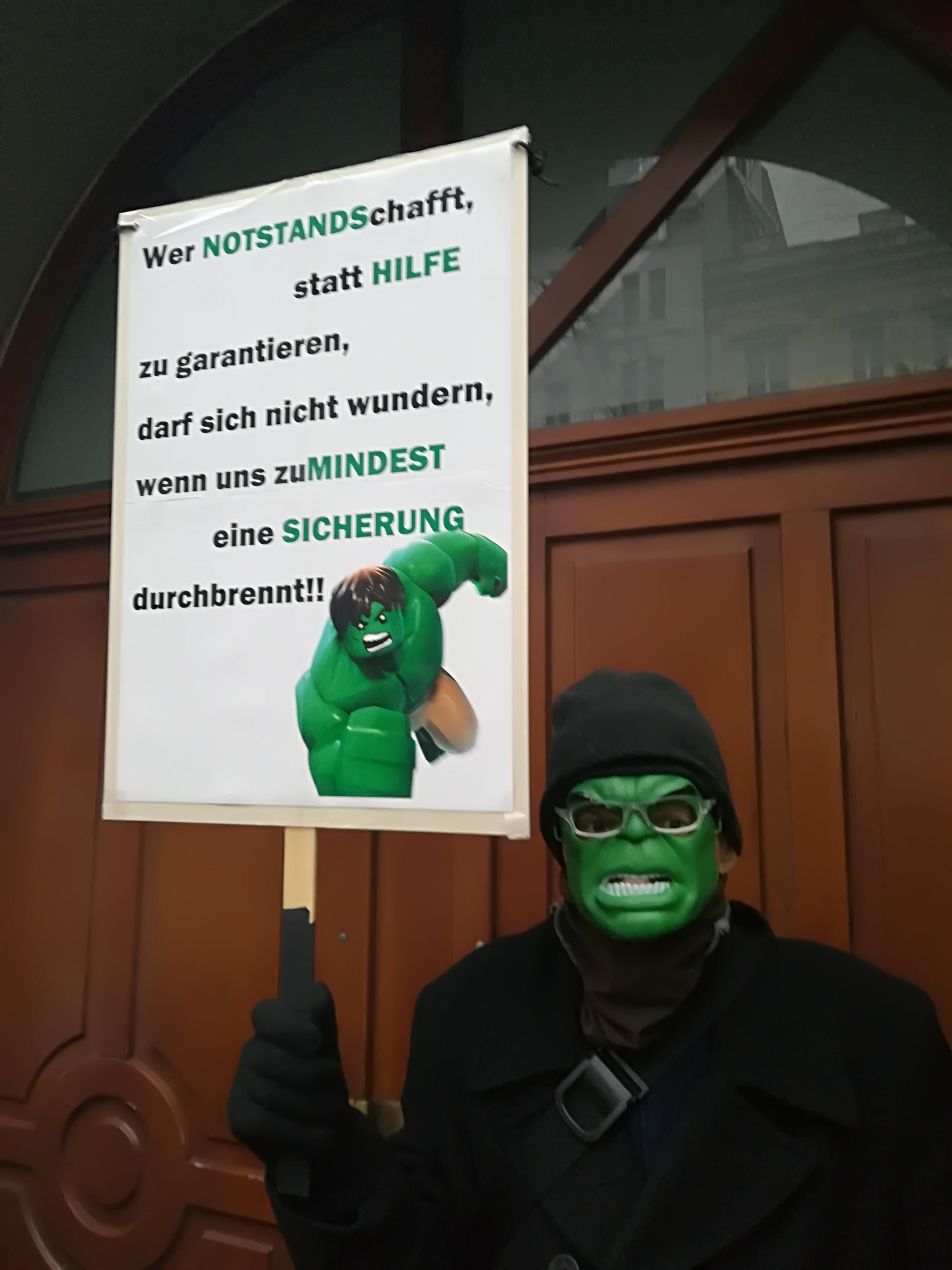 Hulk mit Protestplakat gegen die Abschaffung der Notstandshilfe auf einer Demonstration im Jänner 2018