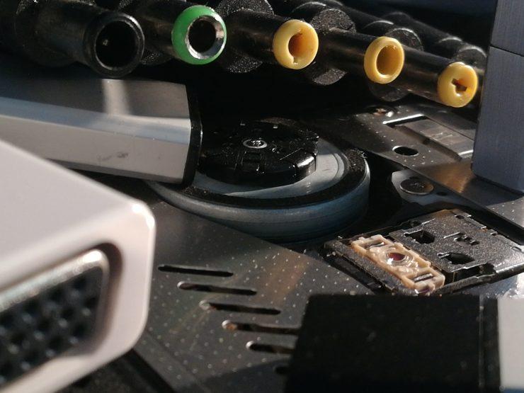verschiedene Computerstecker und sonstige technische Geräte