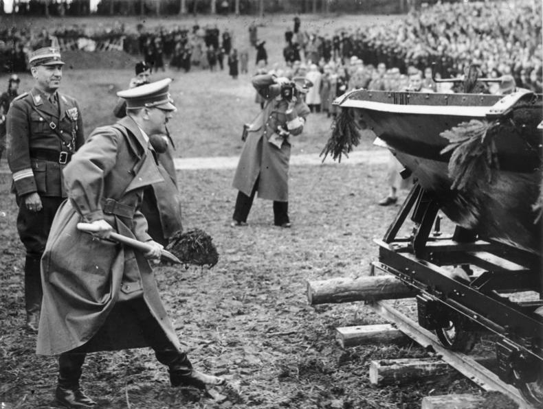 Hitler beim Spatenstich für die Reichsautobahn am Walserberg 1938
