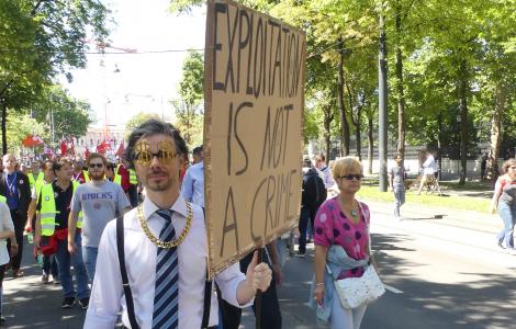 Demonstrant mit OPlakat - Ausbeutung ist kein Verbrechen - Demonstartion gegen 12-Stundentag - 30. Juni 2018