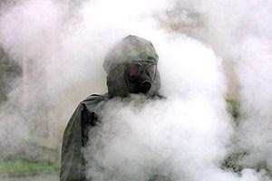 mensch im rauch einer nebelgranate
